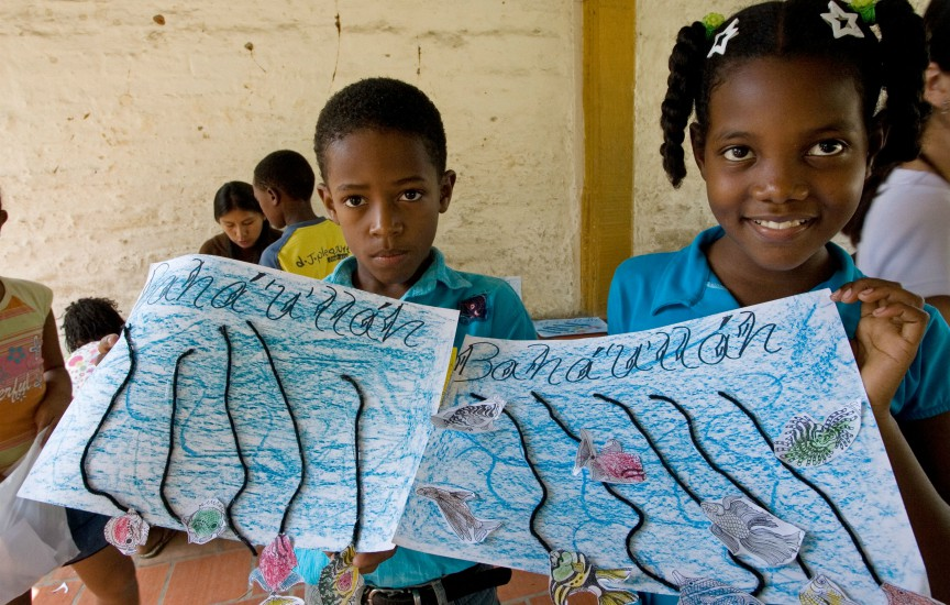 Children showing their artwork in Norte del Cauca, Colombia. (Photo: courtesy of the Baha'i International Community)